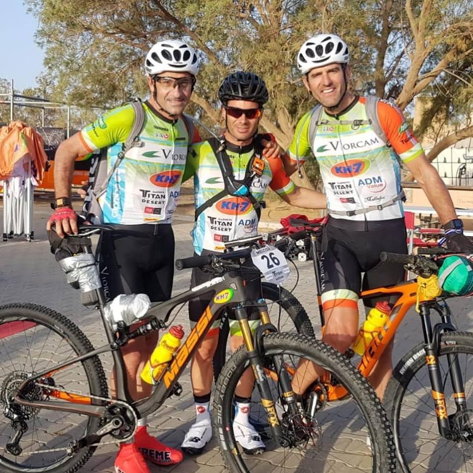 Sur la Garmin Titan Desert, Abraham Olano et Melcior Mauri posent avec un sac à dos PRISM.